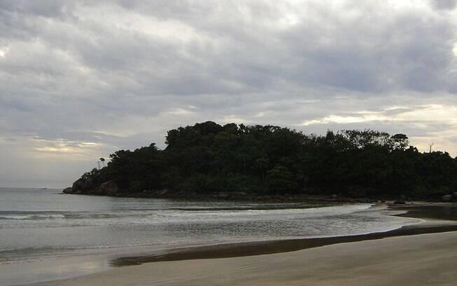 Localizada entre Guarujá e Bertioga, a Prainha Branca pode ser acessada por meio de uma trilha ou barco