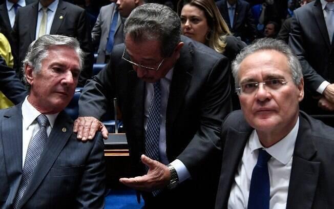 Candidatos à presidência do Senado, Fernando Collor e Renan Calheiros conversam com o senador José Maranhão