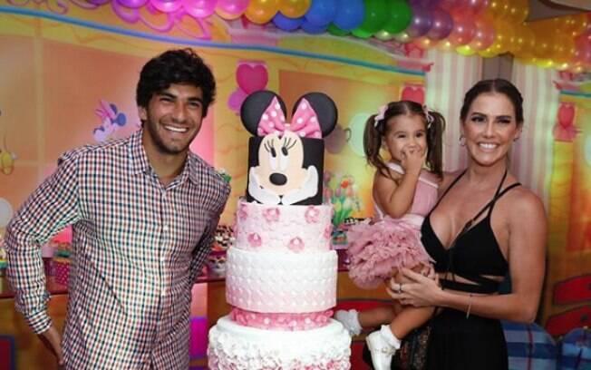 Atriz Deborah Secco comemorou o segundo aninho da filha, Maria Flor, com uma grande festa da Minnie no domingo (3)