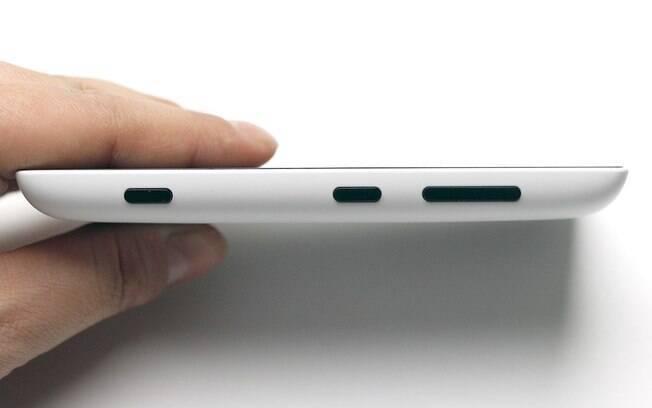 Lumia 520 tem botões de volume e câmera do lado direito. Foto  Stella Dauer.  Lumia 520 roda o Windows Phone 8 com atualização Amber. b548657c30