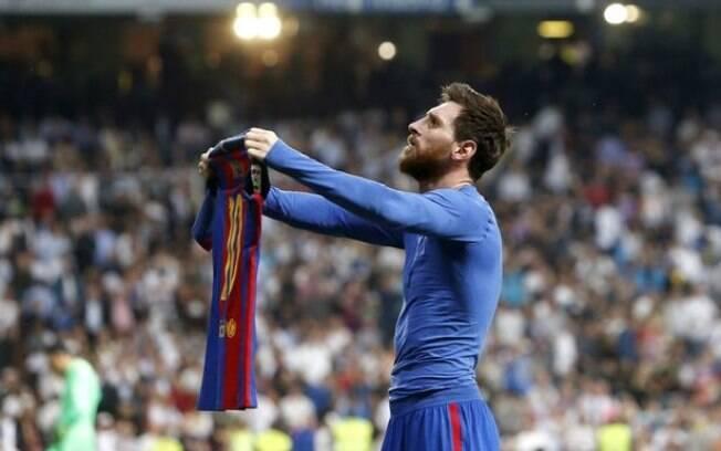 Messi mostra sua camisa aos torcedores após marcar o gol de número 500 com a camisa do Barcelona