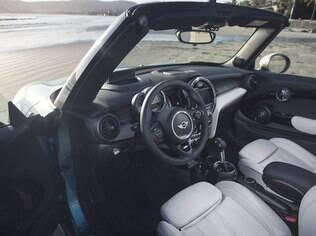 Por dentro, o Mini Cabriolet também é divertido, com o enorme mostrador do centro,  quatro opções de cores de revestimento e boa ergonomia