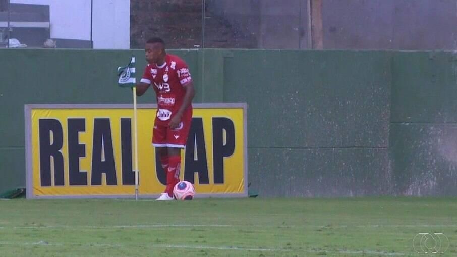Alan Mineiro cuspiu na bandeira do Goiás