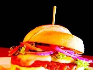 Projeto Aproxima. O sanduíche do Nick Prime tem hambúrguer de pernil, queijo do Serro, alface, cebola e maionese de limão