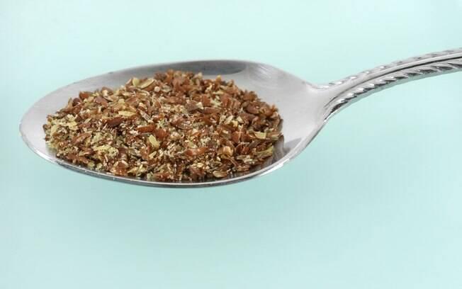 Farinha de linhaça: 1 a 2 colheres (sopa) por dia, no iogurte ou com frutas. Foto: Getty Images