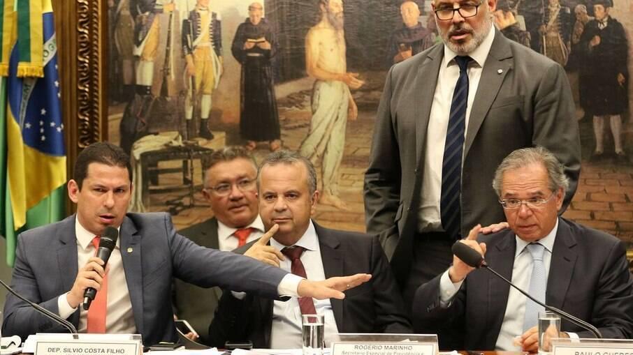 Impasse com Bolsa Família deixa ministro da Economia na mira do Congresso