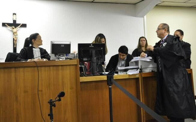 Juíza Marixa Fabiane (esq.) e o defensor Ércio Quaresma (dir.) em plenário no primeiro dia do júri