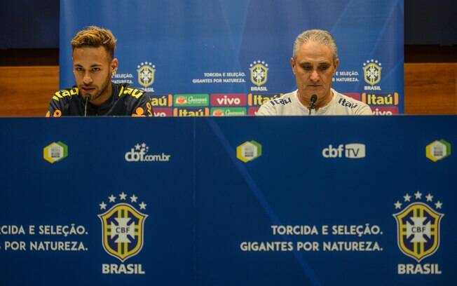 Neymar concedeu entrevista ao lado do técnico Tite antes de mais um amistoso pela seleção brasileira