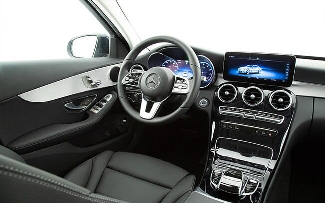 Novo Mercedes C200 EQ Boost tem novo cluster digital e tela de alta resolução, de 10,3 polegadas, além de novo volante