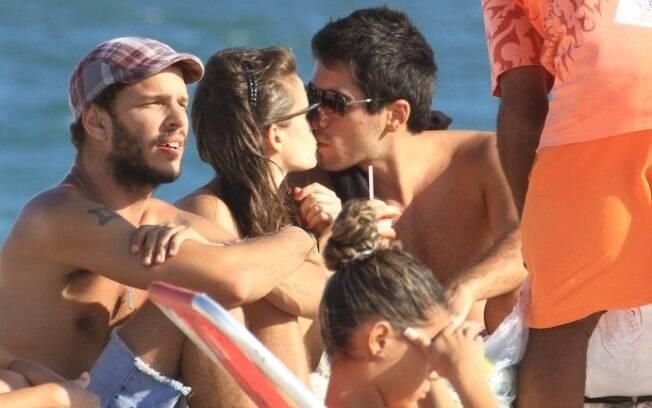 Bianca Bin e namorado na praia