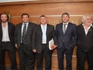 Conselho executivo da AUF posa com Wilmar Valdez (ao centro), o novo presidente