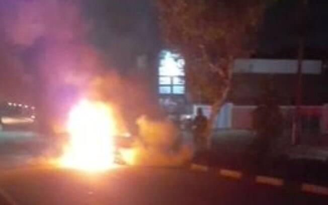 Carro pega fogo na Estrada da Boiada, em Vinhedo