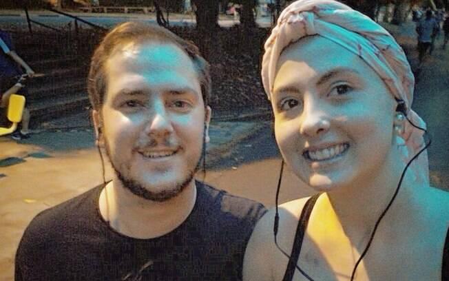 Combinação câncer e atividade física ainda é um tabu, mas foi a diferença no tratamento de Roberta Perez; na foto, ela aparece com o marido após os dois primeiros quilômetros percorridos correndo depois de iniciar a quimioterapia