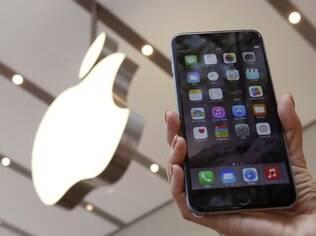 Fãs de todas as partes do mundo formaram filas em frente às lojas de mais de vinte países para adquirir os novos iPhones, 6 e 6 Plus