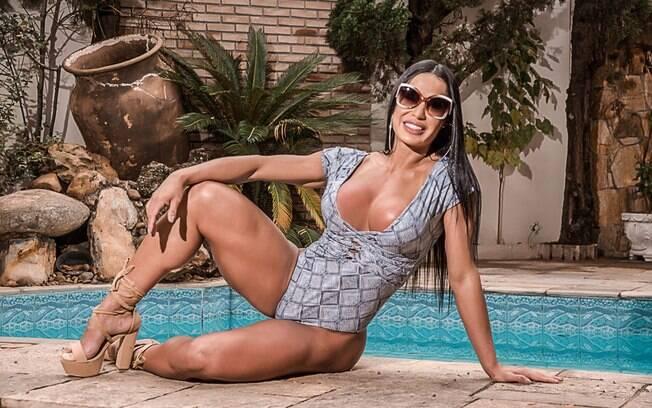 Gracyanne Barbosa sensualiza ao fazer propaganda para marca de roupas