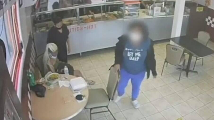 Câmera de segurança flagrou o momento em que uma menina de 14 anos entrega o filho recém-nascido e vai embora