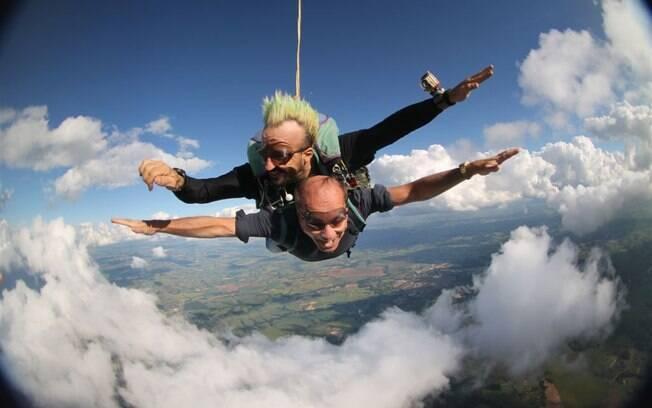 Marcelo de Caravalho e Gui Pádua saltaram de paraquedas no último sábado (24), em Boituva