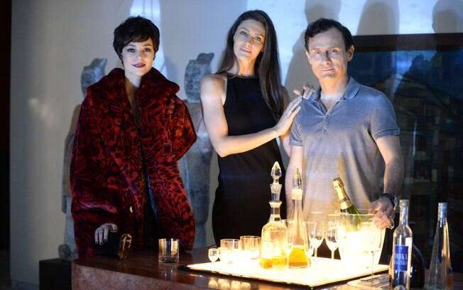 Na série, o casal Marília (Maria Fernanda Cândido) e Cláudio (Enrique Díaz) contrata a prostituta Danny Bond (Paolla Oliveira) para fazer um ménage à trois e esquentar a relação. Foto: Divulgação/TV Globo