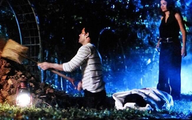 Ninho ajuda Aline a enterrar Mariah