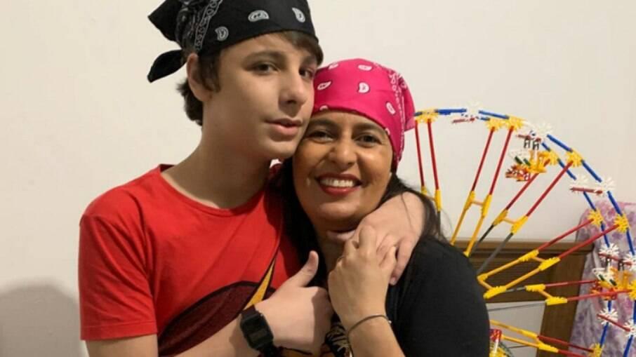 Mateus com sua mãe Elisabete. Ele ama tudo que é relacionado a parques de diversões