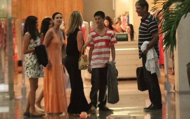 Família reunida em shopping carioca