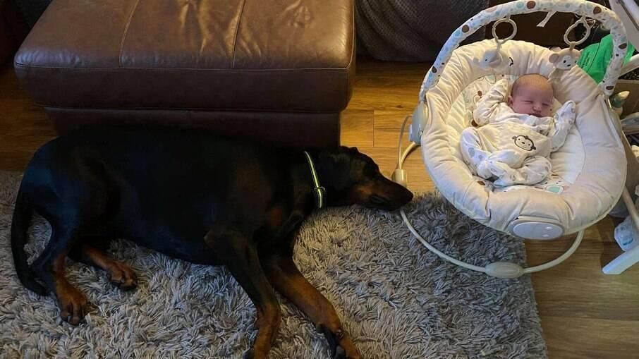 Tommy cuidando da irmã, Nacie, enquanto ela dorme