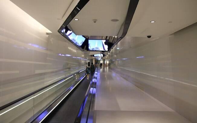 Esteira rolante de 65 metros transporta os visitantes até os elevadores
