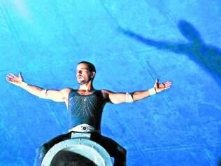 """Circo. Daniel Oliveira vive o papel de um homem-bala do circo em """"Sangue Azul"""""""