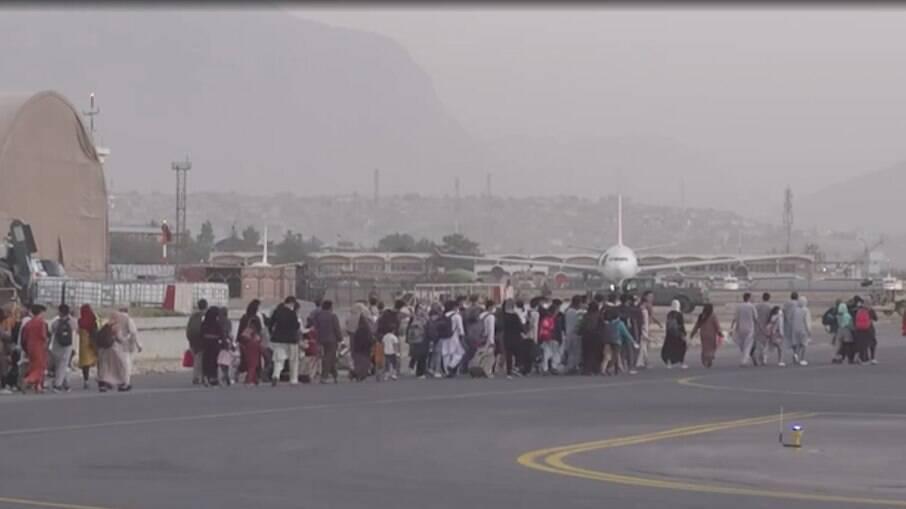 Imagens de afegãos tentando deixar o país impressionaram o mundo