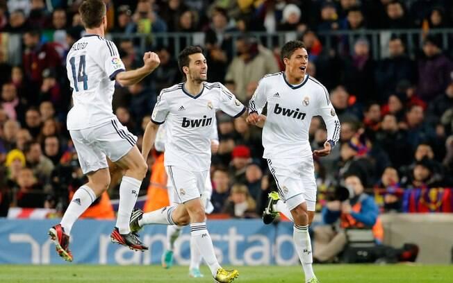 Varane corre para festejar após marcar o  terceiro do Real Madrid