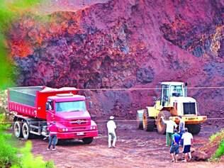 Responsáveis pela extração e transporte ilegais trabalham logo no início da manhã em terrenos no bairro Água Limpa, em Nova Lima