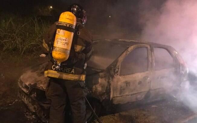 Carro pega fogo na Rua das Cerejeiras, na divisa de Valinhos e Vinhedo