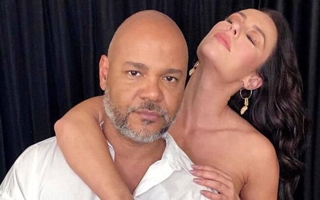 Paolla Oliveira posa sexy ao lado de amigo maquiador