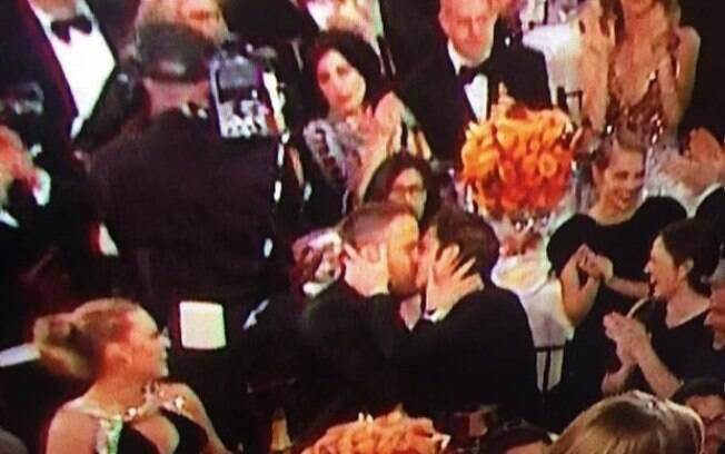 Andrew Garfield beijou o amigo Ryan Reynolds como forma de consolo