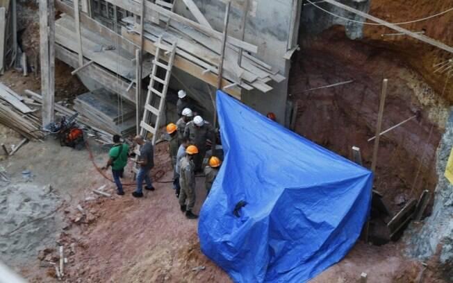 Construção fica na altura do número 2.750, próximo ao Condomínio Figueira da Foz, no Rio de Janeiro