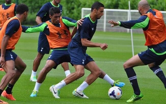Paulinho na marcação em treino do Tottenham