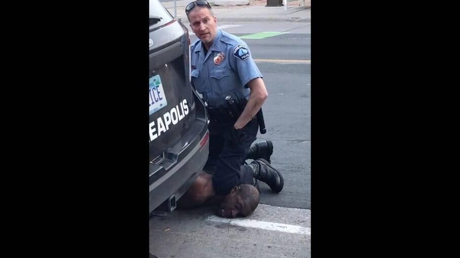 O ex-policial Derek Chauvin foi filmado com o joelho em cima da vítima