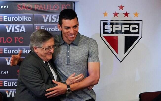 Zagueiro recebe as boas-vindas de João Paulo  de Jesus Lopes, vice-presidente do São Paulo