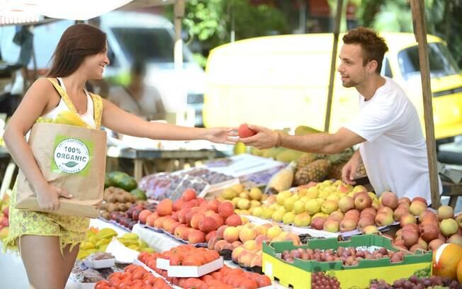 Para nutricionista, alimentação saudável é mais fácil de ser seguida quando os alimentos são comprados na feira