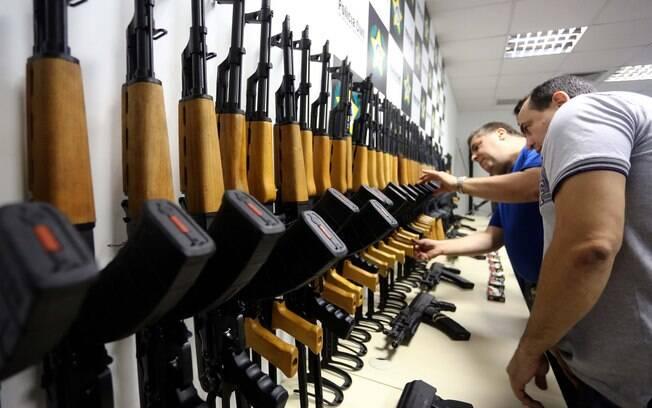 Ao menos 60 fuzis foram encontrados na maior apreensão de armas da história do Brasil, no Galeão