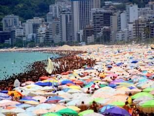 RJ - MOVIMENTAÇÃO PRAIAS - GERAL - Movimentação na praia de Ipanema, no Rio de Janeiro, RJ, na tarde deste sábado (03). 03/01/2015 - Foto: ELLAN LUSTOSA/FUTURA PRESS/FUTURA PRESS/ESTADÃO CONTEÚDO