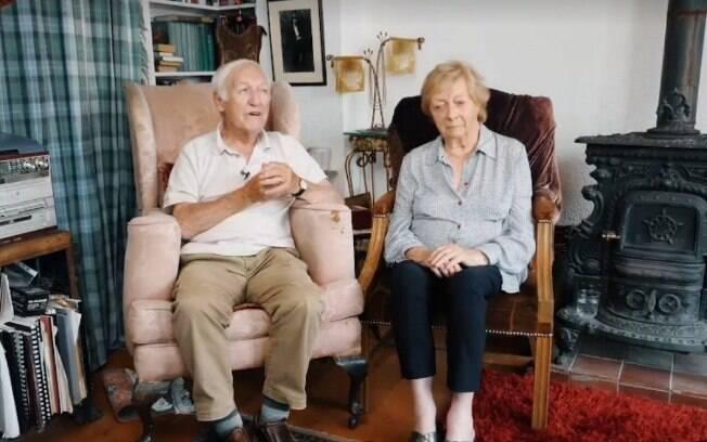 A história de amor do casal de idosos encantou desde internautas até a funcionária que ajudou Des nas aulas