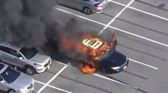 Carro pega fogo após motorista higienizar mãos com álcool e fumar