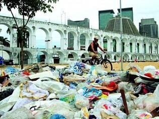 Impasse. Lixo acumulado na Lapa por causa da greve dos garis, que decidiram manter paralisação