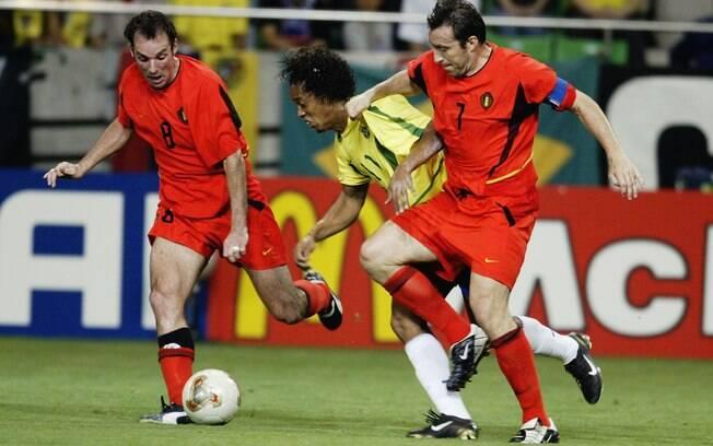 Brasil 2 x 0 Bélgica - Ronaldinho tenta  passar no meio da marcação dos belgas