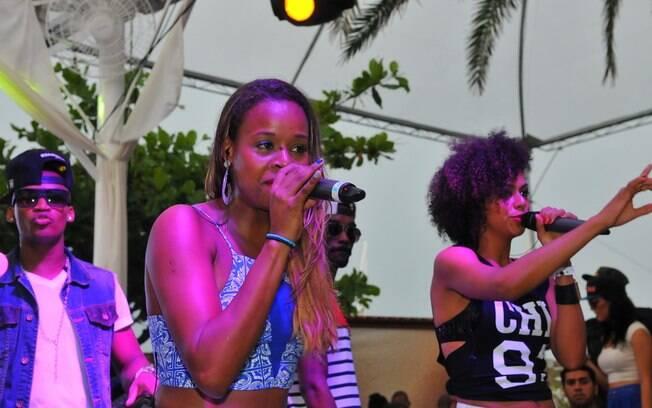 Roberta Rodrigues canta na festa