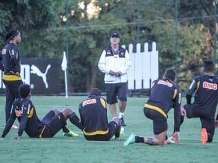 Ronaldinho, Jô, Leonardo Silva, Otamendi e Alex Silva observam Levir dar treino no CT