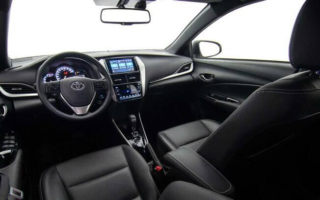 Interior do Toyota Yaris X-Way vem com bancos revestidos de couro e central multimídia entre os itens de série