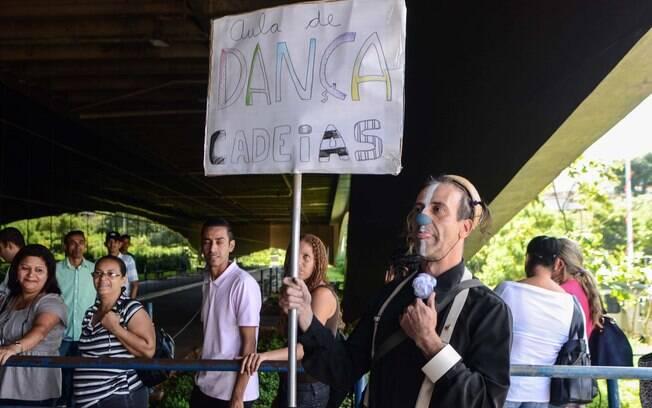 Homem protesta pedindo reforma do sistema penitenciário em frente ao Fórum onde acontece o julgamento do massacre do Carandiru