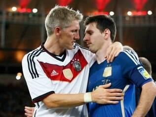 Schweinsteiger consola Lionel Messi após derrota no Maracanã